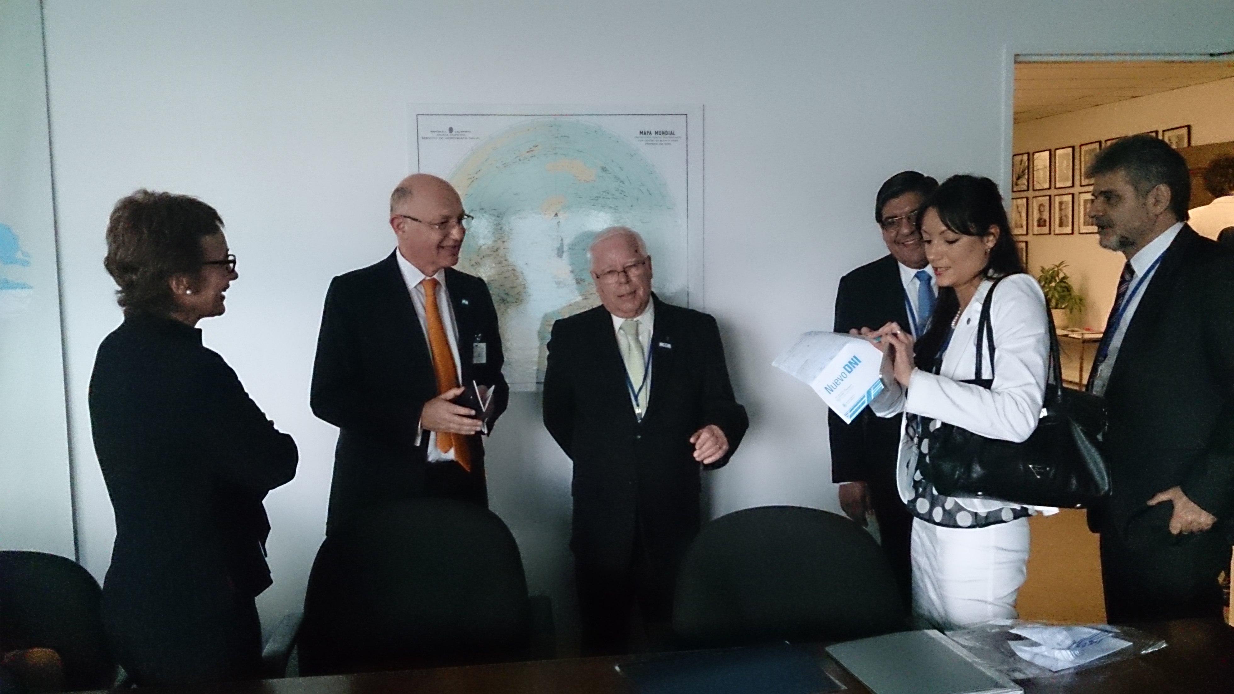 La gobernadora Ríos, el canciller Timerman, Alejandro Betts, el legislador Juan Carlos Arcando y el Secretario de Asuntos relativos a la Cuestión Malvinas, Daniel Filmus en la entrega del DNI en la ONU (Foto Prensa Gobierno TDF)