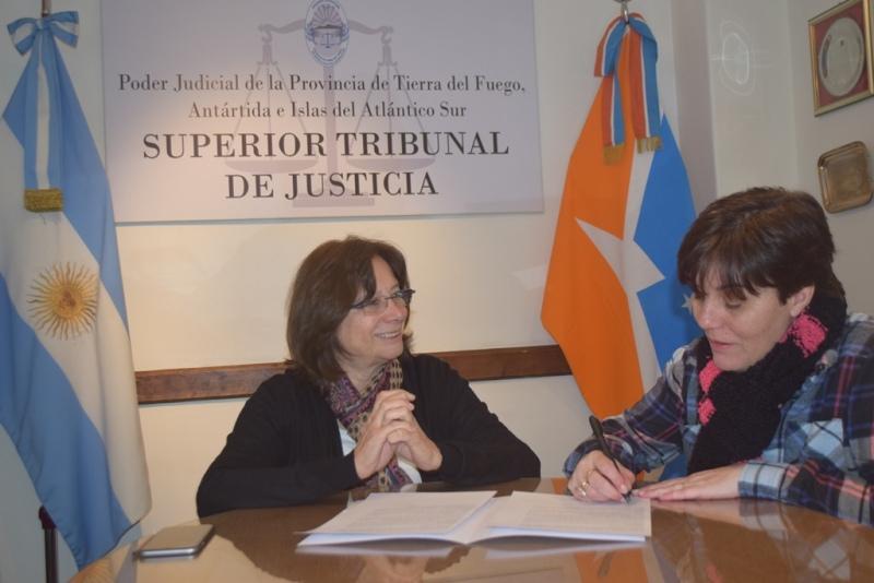 Firma convenio STJ y Ministerio de Educación (2)