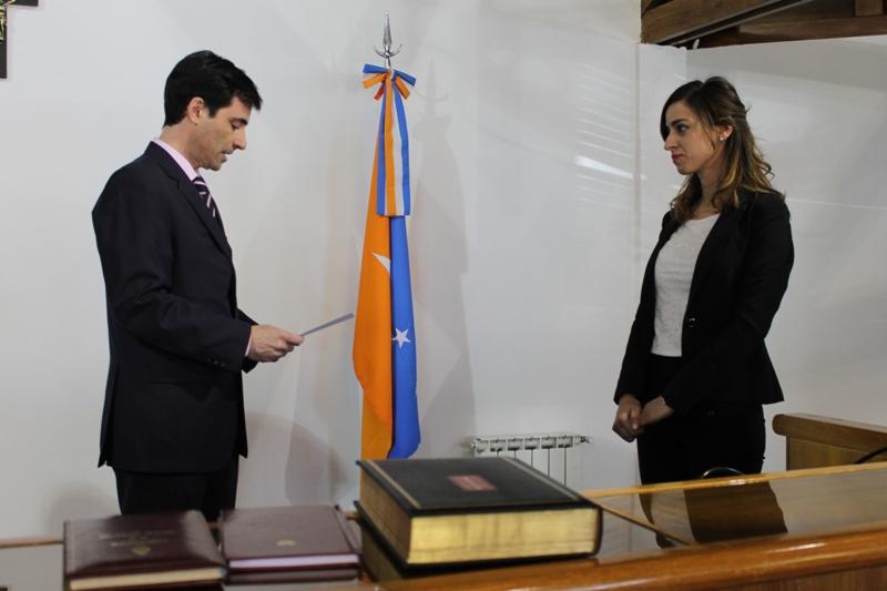 Doctor García Arpón tomando jura a la Doctora Loana Balihaut