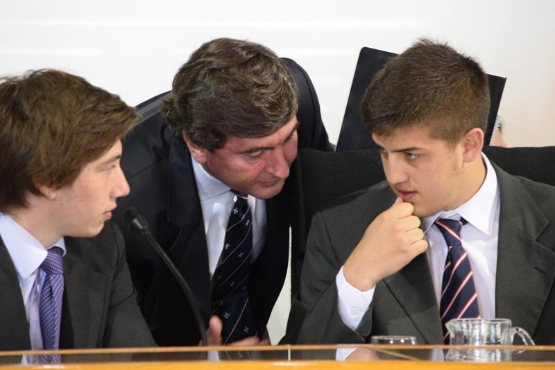 Integrantes del Tribunal realizando consultas
