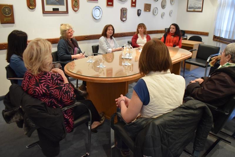 Dra. Battaini con mujeres en sala de audiencias (2)