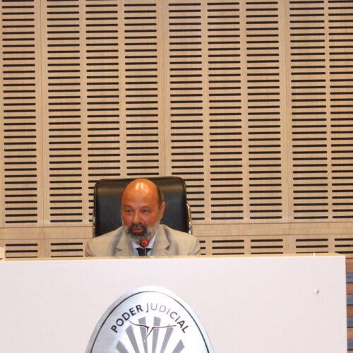 El Dr. Muchnik hizo entrega de un presente protocolar al catedrático Alfonso Santiago